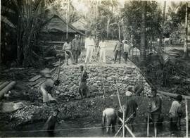 Controleur Binnenlands Bestuur, N.A. van Wijk, inspecteert de aanleg van een nieuwe weg en brug tussen Ambon en Waai, ca. 1935 (bron: MuM
