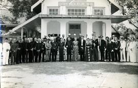 Plaatselijke hoogwaardigheidsbekleders en bestuursambtenaren voor het kantoor van de controleur Binnenlands Bestuur, Ambon, ca. 1930 (bron: MuMa)