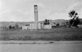 Monument 'Door de Eeuwen Trouw', Ambon, 1949. Het monument is door de TNI verwoest in 1950 (bron: MuMa)
