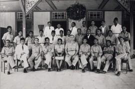 De Zuid-Molukken Raad (ZMR). Foto ter gelegenheid van het aftreden van resident Linck (zittend midden) en de installatie van kepala daerah M.A. Pellaupessy (4e van links). Zittend v.l.n.r.: A. Pelu (bestuursambtenaar), A. Bahasoan (administratief ambtenaar), dhr. Lim (1 van de gebroeders Lim van het transport- en ondernemersbedrijf te Ambon), M.A. Pellaupessy, mevr. C. Sahusilawane-Tomasoa, resident Linck, ir. J.A. Manusama, E.U. Pupella (politicus en Taman Siswa onderwijzer), Rehatta (overgekomen uit Sorong), A. Wairisal. Tweede rij: 2e van rechts Alex Nanlohy, 2e van links W. Lokollo (beheerder weeshuis Saparua). Geheel achter: 3e van links W. Reawaru (employé KPM), 2e van rechts Tjokro (particulier onderwijzer Taman Siswa), 4e van rechts Huwae (voorzitter bond gepensioneerde militairen). De overige personen zijn vermoedelijk afgevaardigden van de zuidelijke eilanden. Ambon, medio 1948 (bron: MuMa)