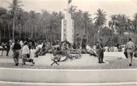 Kranslegging op het ereveld bij het monument voor de gevallenen, Ambon, 1948 (bron: MuMa)