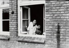 In het raamkozijn van een barak in woonoord Lunetten, 1976 (bron: MuMa)