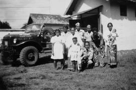 Een kazerne te Malang, ca. 1950. Middenvoor zit legerpredikant J.B. Keiluhu met links achter hem zijn vrouw (bron: MuMa)